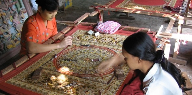 Tourists Finding Satisfaction From Best Myanmar Tours With Shopping Handicrafts